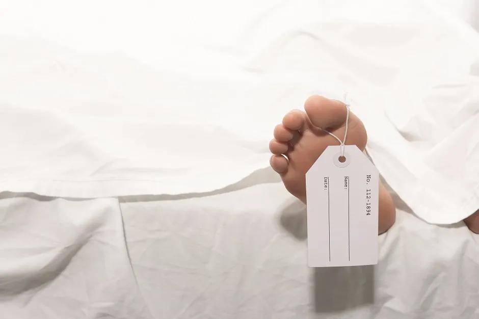 这个只能卧床的男人用十年为无名尸寻找家属