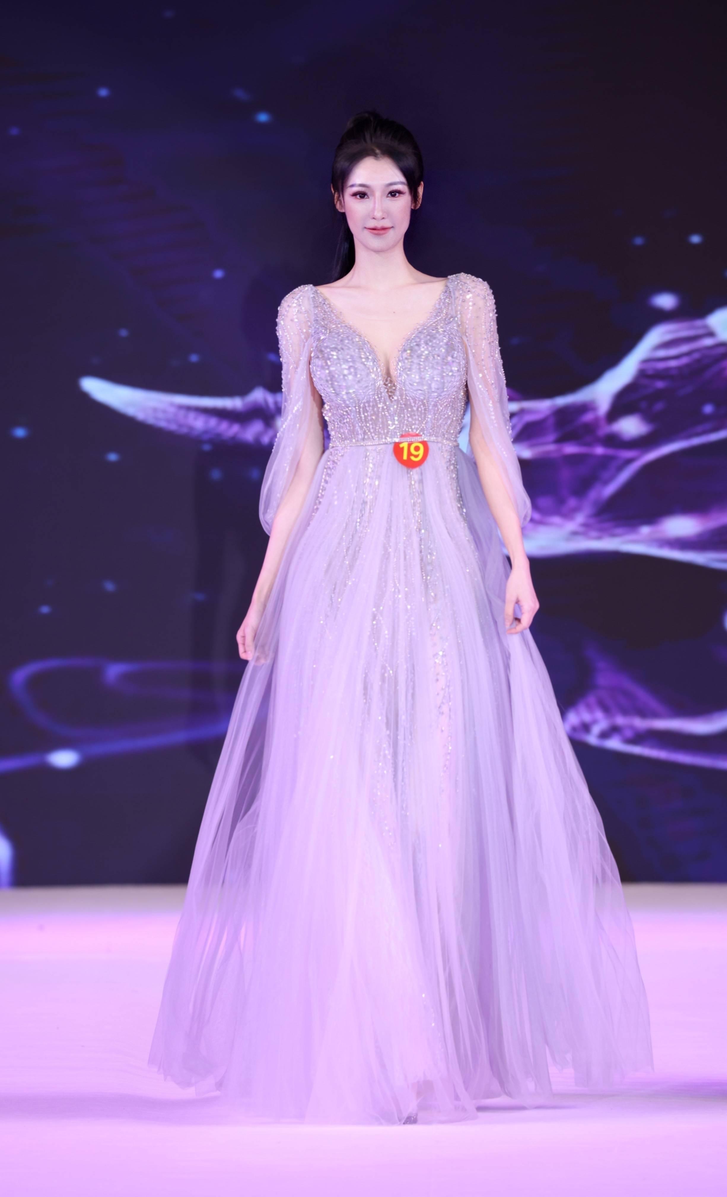 32届亚洲小姐大中华赛区总决赛闭幕 全权文化主席裴晓骏对选手给