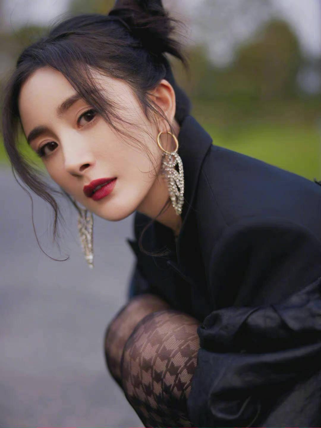 杨幂综艺节目造型超酷,双丸子头搭配夸张耳坠,黑色系装扮显灵动