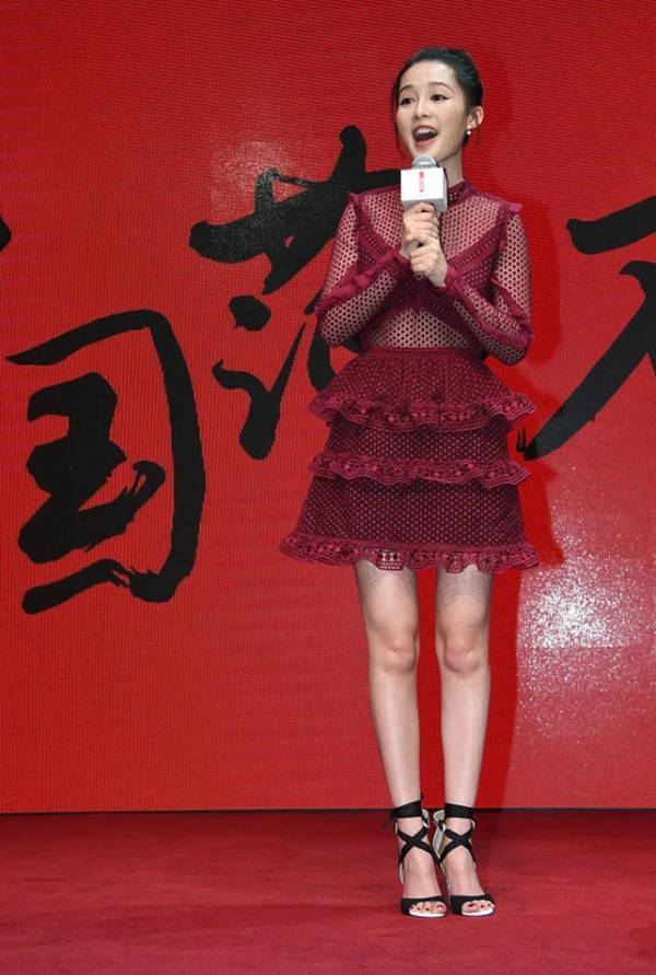 原来秦丽穿的是一件鱼网裙,舞台和舞台反差很大。舞台像女孩一样温柔,舞台像阿姨一样苍老