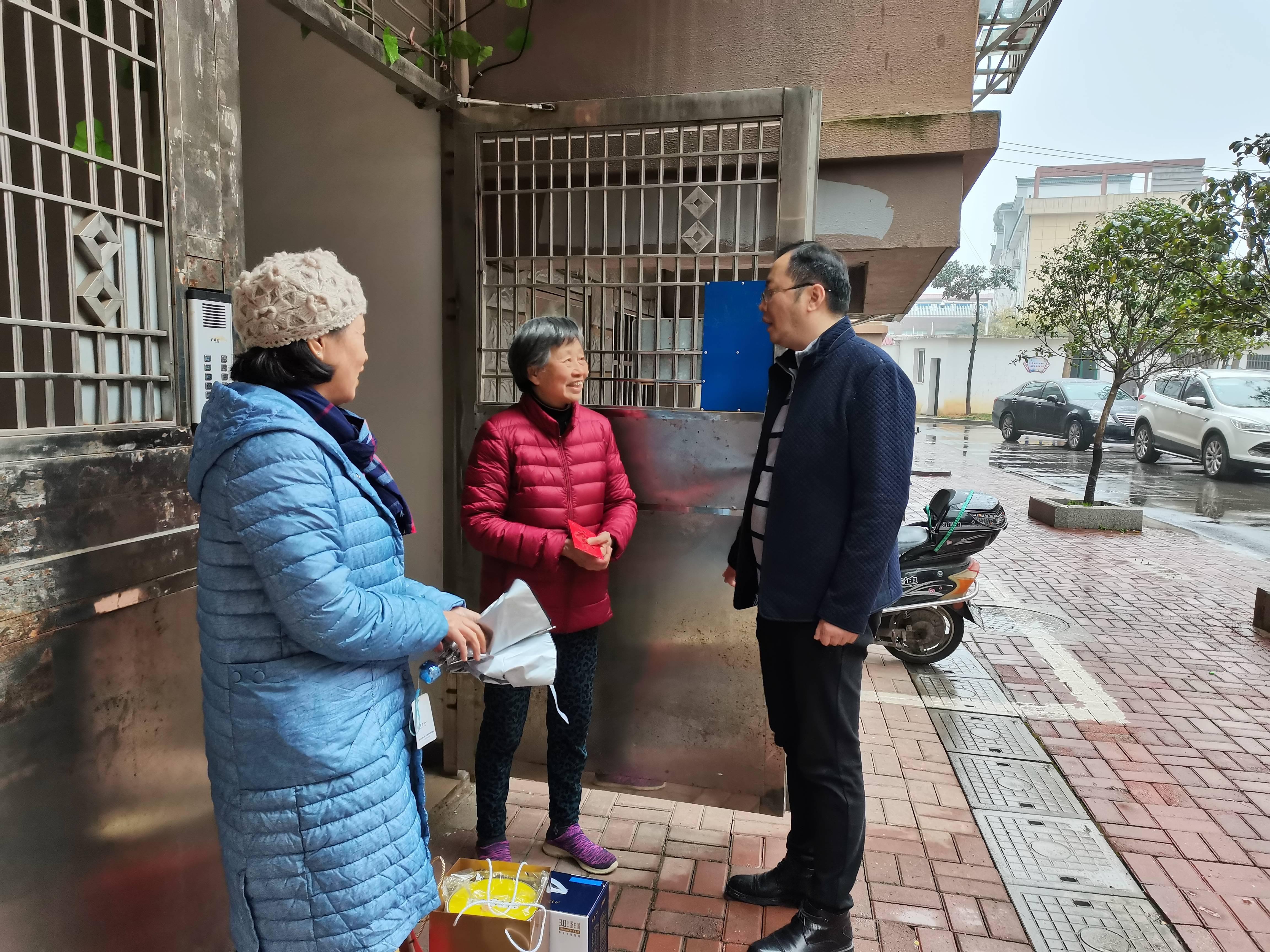 景德镇妇幼保健院春节前看望了离退休老同志、困难职工和住院职工