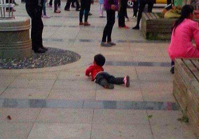 商场中,孩子撒泼打滚要买玩具,宝妈劝解无用后,生气扭头就走