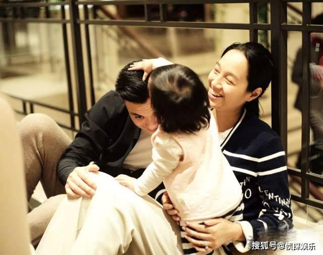 朱丹首晒儿女同框照 小小丹化身弟控 亲自喂弟弟喝奶超有爱