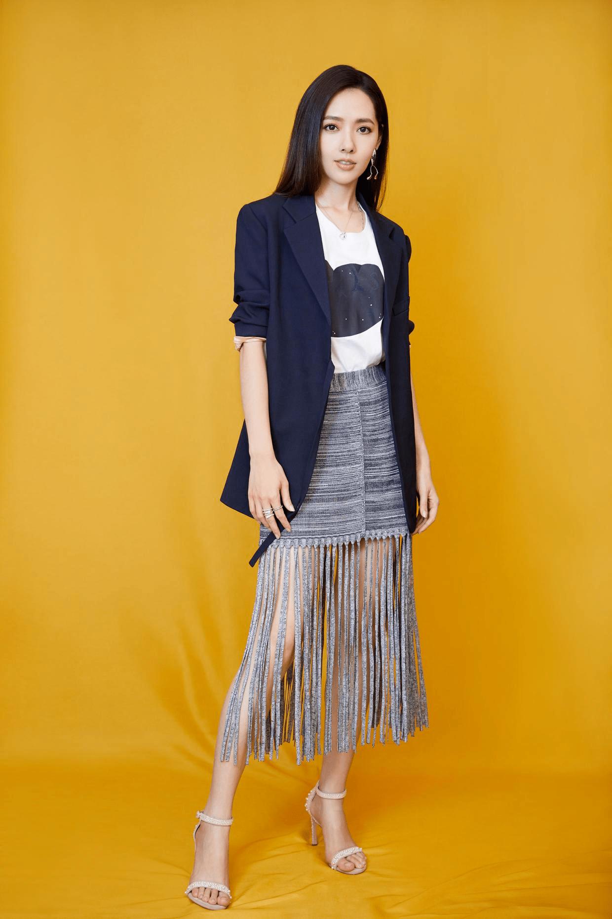 """37岁的郭碧婷依然美如""""初恋"""",穿一件蕾丝元素连衣裙,清纯甜美"""