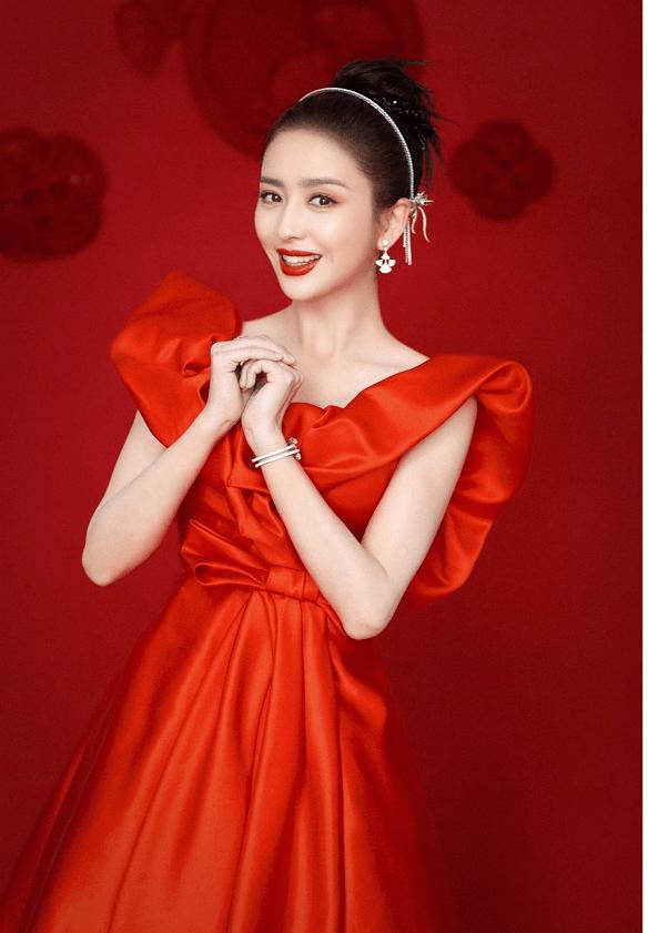佟丽娅三次登上春晚舞台,红裙配上丸子头大气优雅,美出新高度