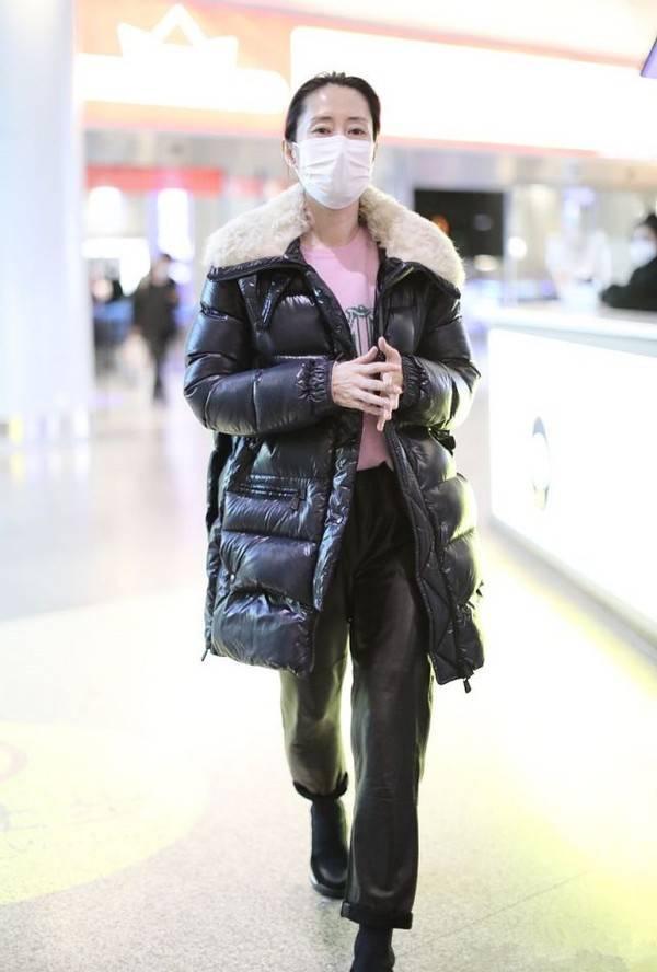 刘敏涛也太会穿了吧!羽绒服搭配粉色毛衣 温度风度一把抓-家庭网