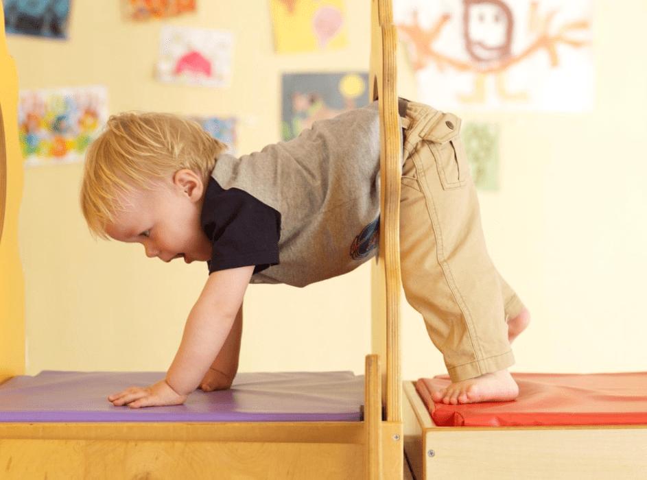 宝宝总爱和袜子较劲,家长是该及时纠正,还是选择任由他玩闹?