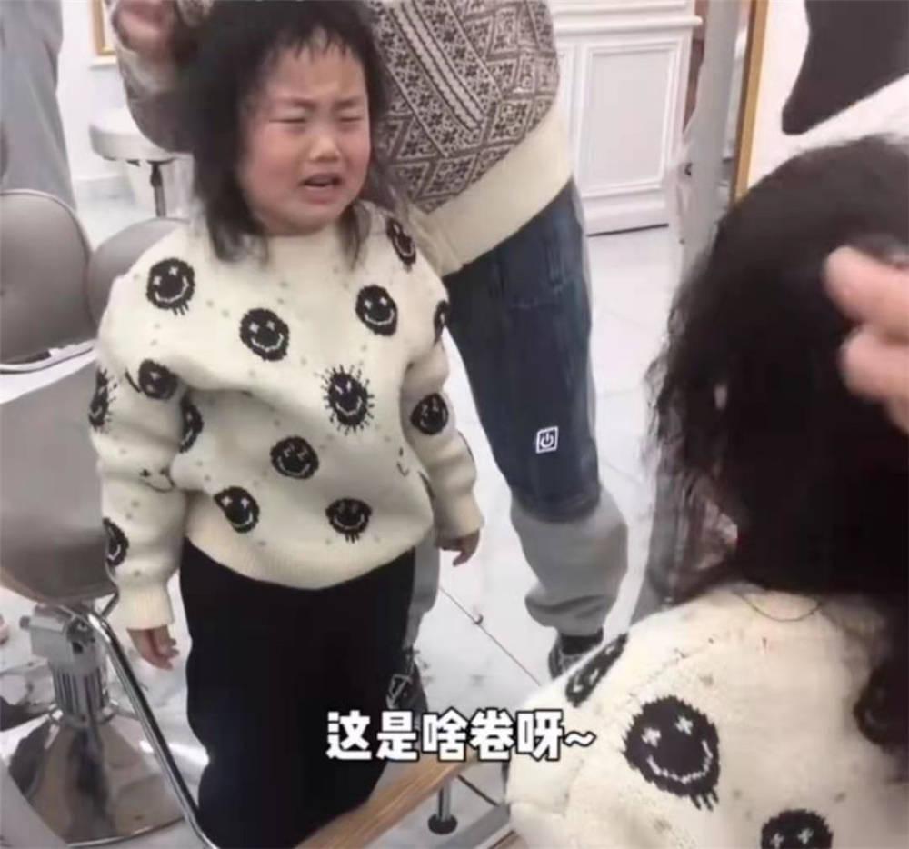 """原创美发师给自己女儿烫头,烫完直接变""""奶奶"""",到底是没付钱的"""