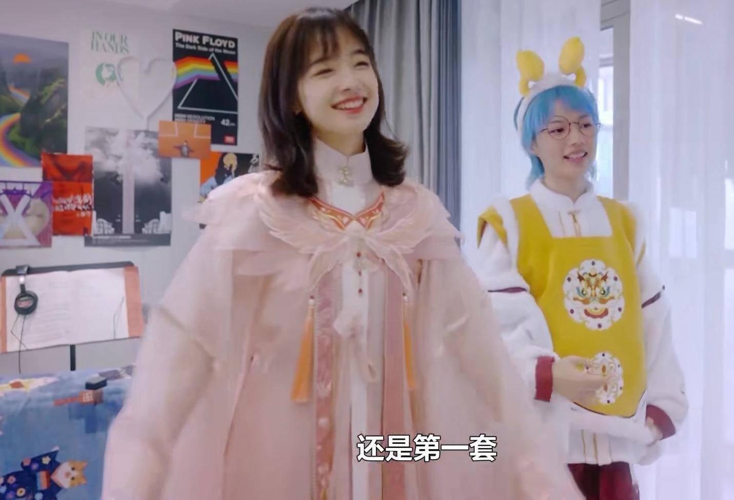 原创             央视主持王冰冰汉服造型惊艳!穿白色刺绣汉服气质清纯,被夸绝美