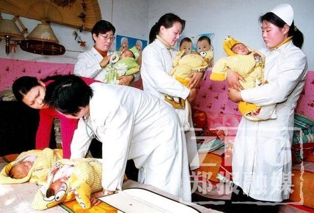 看看五胞胎爸妈的苦乐生活,正养儿育女的你能轻松 地笑了  第2张