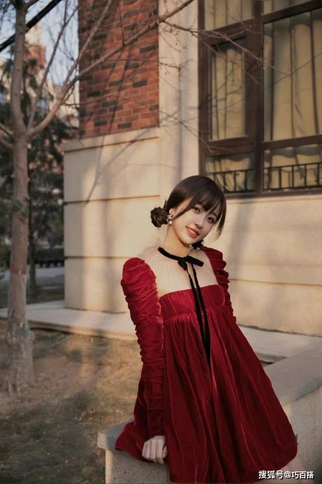 原创             虞书欣的小红裙真好看,丝绒尽显贵气感,低领收腰婀娜姿态