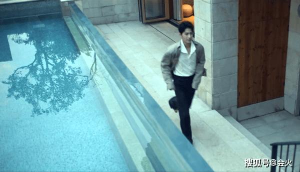 鲜肉男星上海豪宅曝光,装修奢华自带游泳池,一个抱枕就七千多