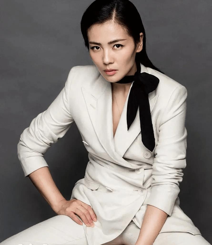 原创             42岁刘涛素颜自拍露美背,坚持运动身材太好,富商老公却发福
