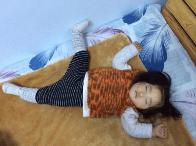 """宝宝""""高难度睡姿""""火了,宝妈掀开被子后:这娃已打通任督二脉?"""