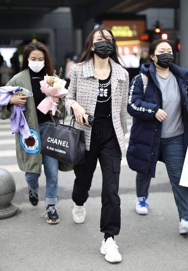 原创             王鸥太敢穿了,穿奶奶款印花装配工装裤,不仅不土,意外高级帅气