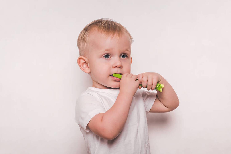 """给宝宝刷牙,大部分父母都掉入了3个""""误区"""",你若中了及时改  第5张"""