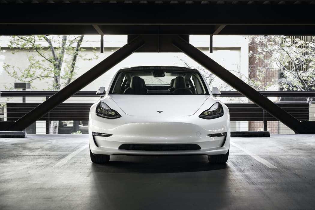 特斯拉暴跌超8%,美股新能源汽车的泡沫要破灭了吗?该咋看?