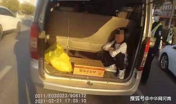 """超员1人怎么办?漯河司机想""""奇招"""":后备箱里""""躲猫猫"""""""