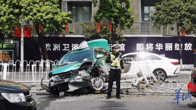 广州黄埔大道发生车祸,出租车冲走20多米护栏,撞向对面车辆