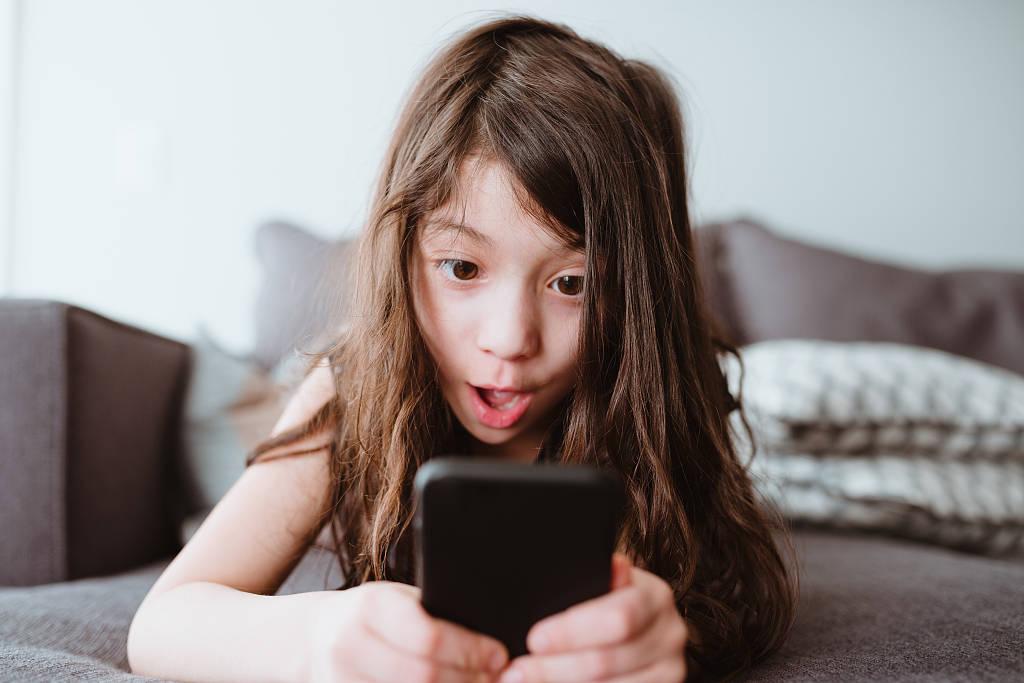 如何管理孩子玩手機看機械?不妨試試這三條建議