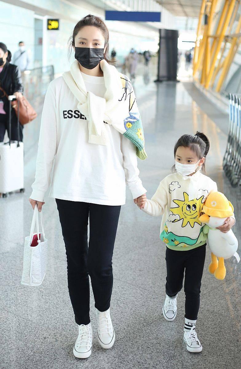 """原来董璇带着女儿去机场,梳了同样的发型。42岁的她充满了""""少女感"""",真的很神奇"""