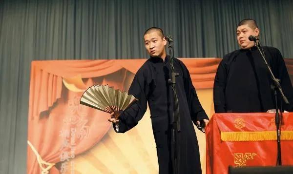 ▲新裤子主唱彭磊的画作:《咪咪和嘎嘎—自拍》 前者僵持国潮土酷