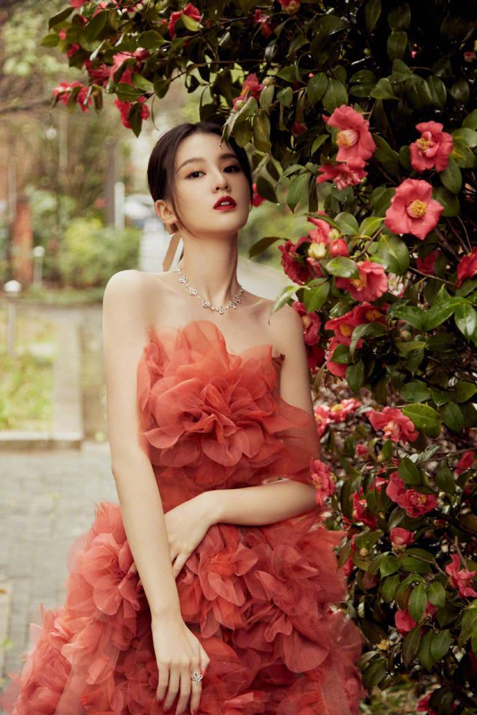 原创             乔欣花仙子造型惊艳众人,一袭拖地红裙缀满红花,摇曳生姿太美妙