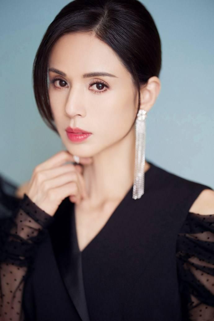 原创             李若彤黑色西装连体裤时尚干练,薄纱波点袖口吸睛,流苏耳环惊艳