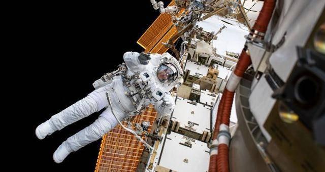国际空间站的宇航员练习钻孔来修复俄罗斯舱内的裂缝