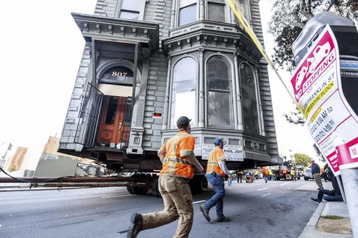 一座拥有139年历史的维多利亚式房屋在旧金山的街道上移动