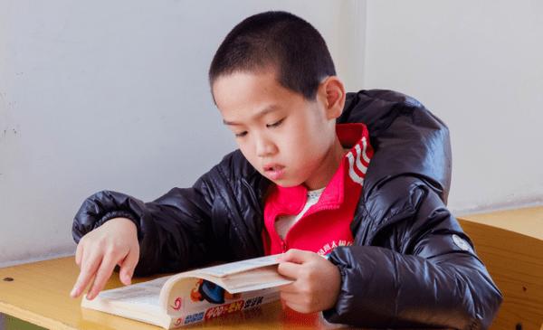 孩子看电视很入迷,一看书就静不下心?不同年龄段有不同的方法
