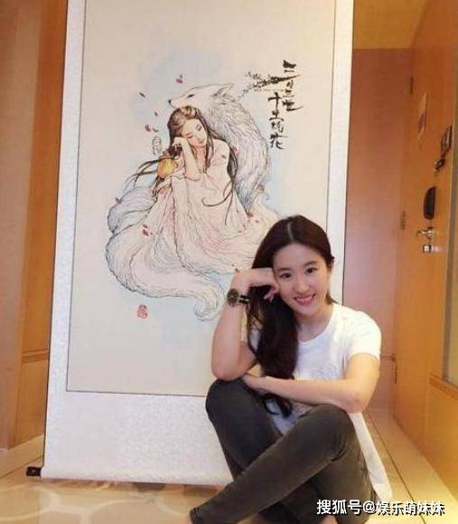 带你看看刘亦菲的豪宅 :玄关展示自己的水墨画