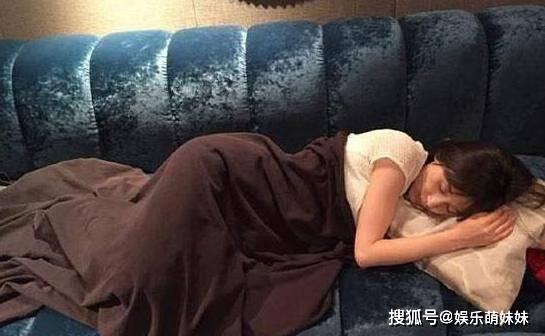 原创一起看王子文的豪宅:客厅摆着蓝色反绒沙发,午觉睡这里好舒服