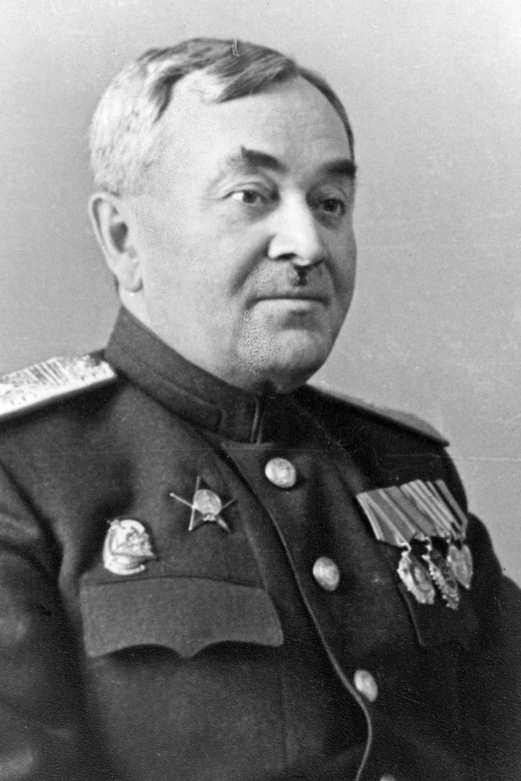 红旗歌舞团第一任团长,少将军衔,儿子也是军乐界的知名少将