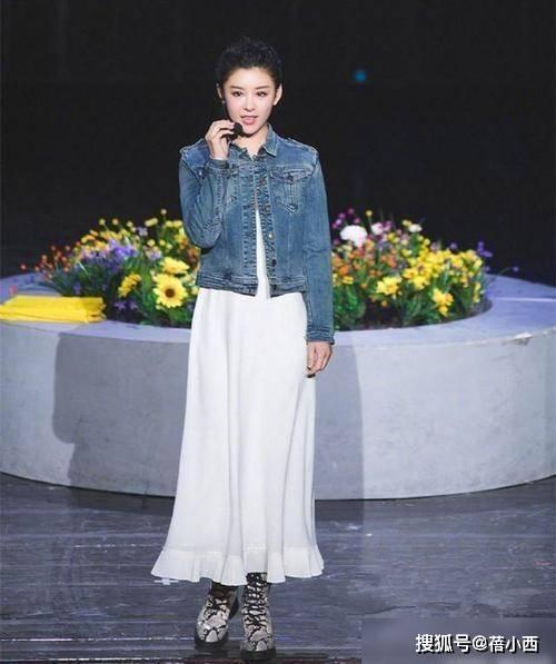 """原创             李小萌终于不走""""丰满路线"""",穿豹纹吊带裙超吸睛,像瘦了1个码"""