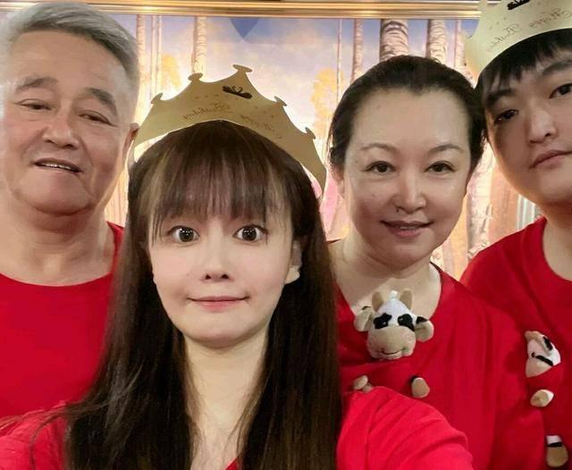 63岁的赵本山无法养活自己。他开的公司被列入严重违规名单,他与弟子不和