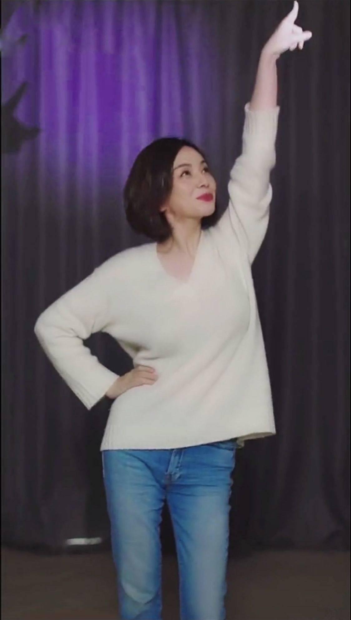 王琳干瘪身材,还穿毛衣牛仔裤赶时髦,脖子以上都是老年皱纹!