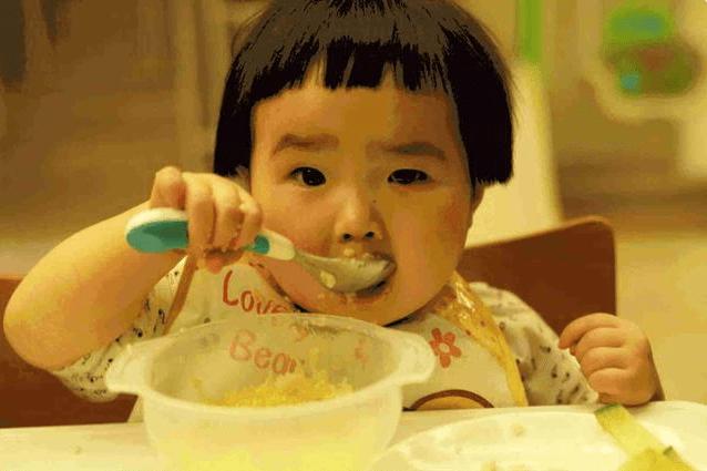 宝宝到了1岁就能吃大人饭?如果没达到3个标准 建议家长再等等-家庭网