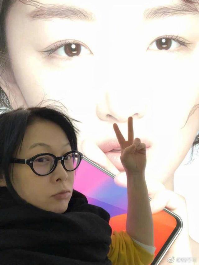 原创             刘若英晒素颜照,却不敢摘墨镜,嘴角皮肤已经暴露老态!