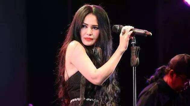 她曾是歌坛神话,一首歌红遍大江南北,如今已消失在娱乐圈中  第1张