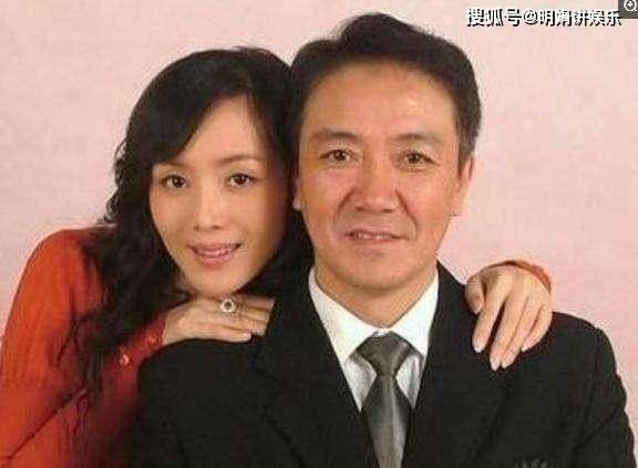 拍完戏后和妻子离婚,李云龙拍戏时假戏真做,娶了小13岁的她  第2张
