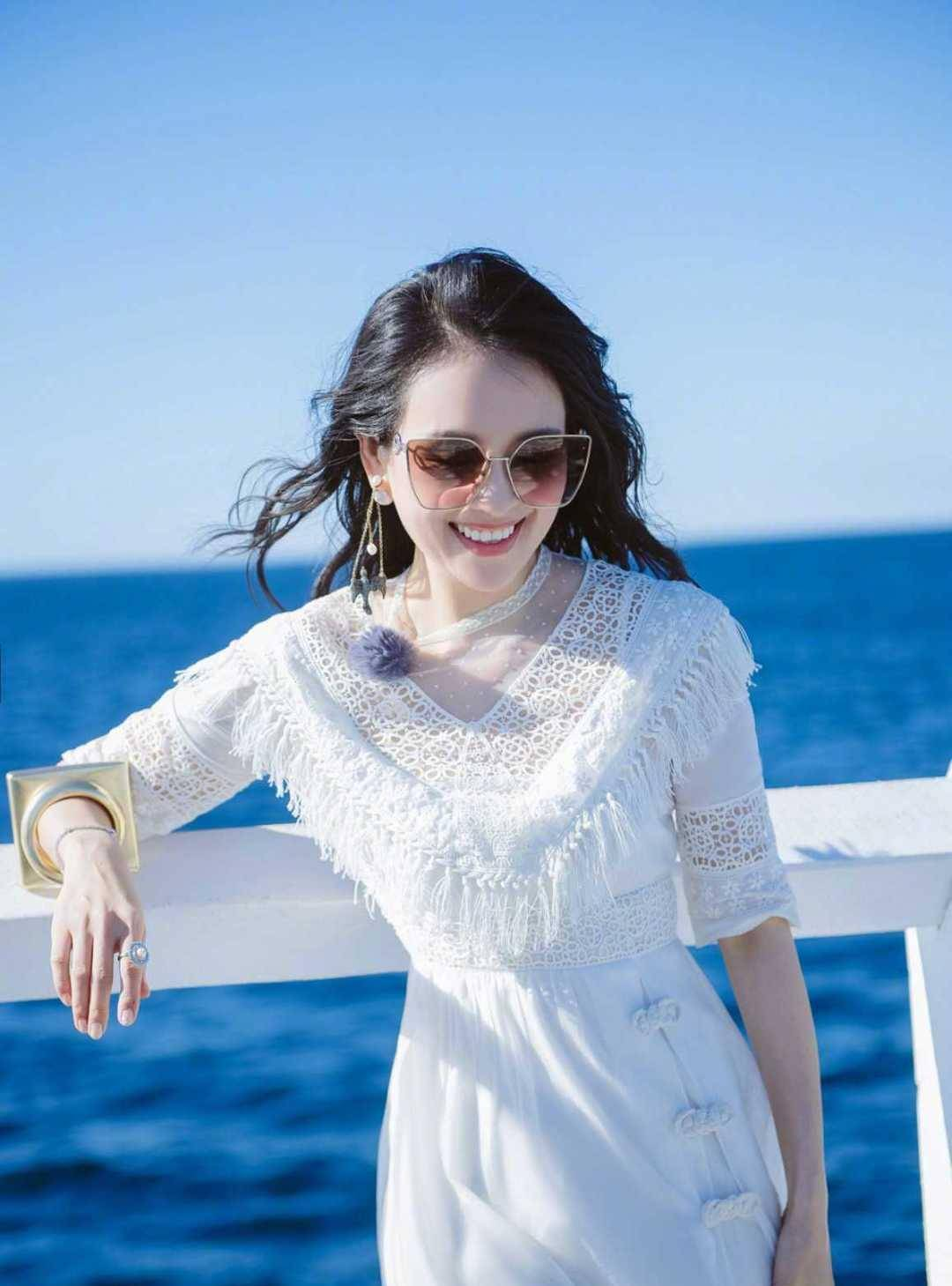 章子怡沙滩造型美爆,白色连衣裙配草帽好甜美,难怪汪峰那么爱她