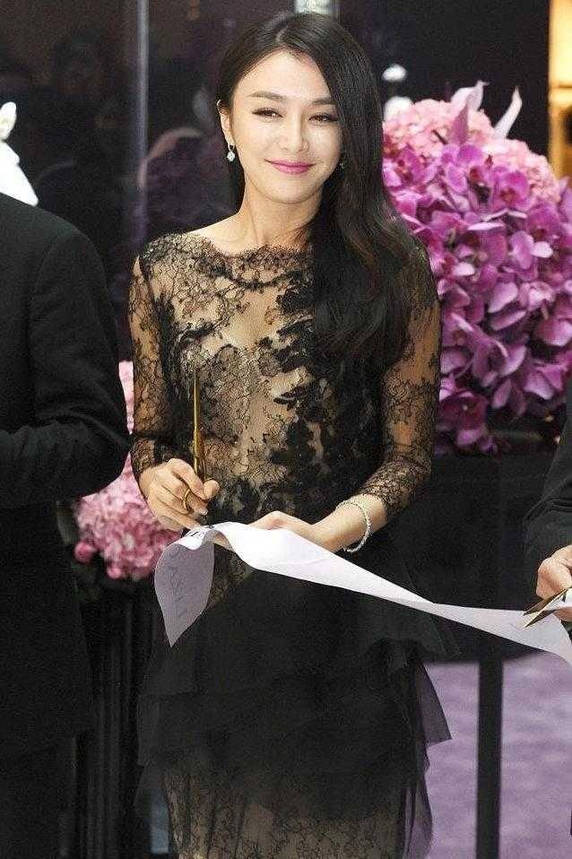 秦岚终于放大招,穿黑色蕾丝连衣裙妩媚迷人,这气质真的绝了