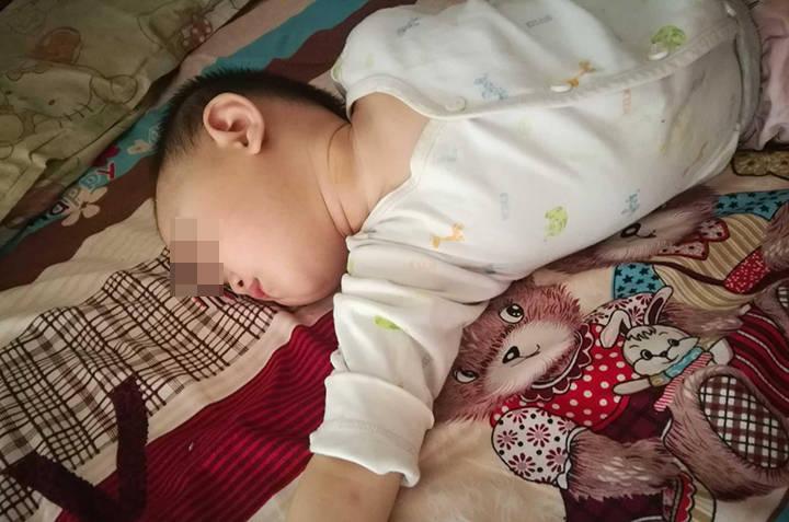 孩子睡觉出汗是缺钙?先别急着下定论,找到原因后及护理才是关键