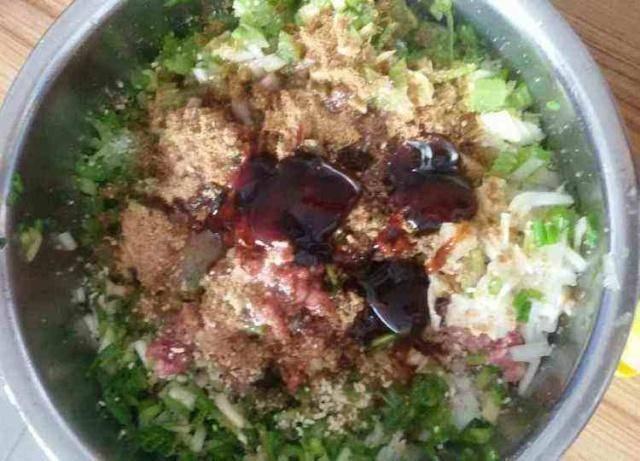 拌饺子馅时,这3味料缺一不可,掌握住诀窍,饺子鲜嫩,满口流汁