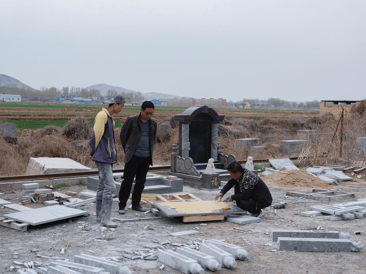 曲阳县的晴朗:墓碑订单翻三倍,有人刻二维码
