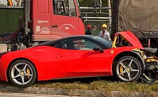 福特怼上法拉利458,损失过百万,法拉利车主:你三者买多少?