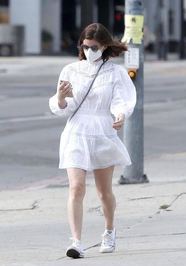 凯特·玛拉穿白色蓬蓬袖裙时尚又浪漫,像一个清新的美少女
