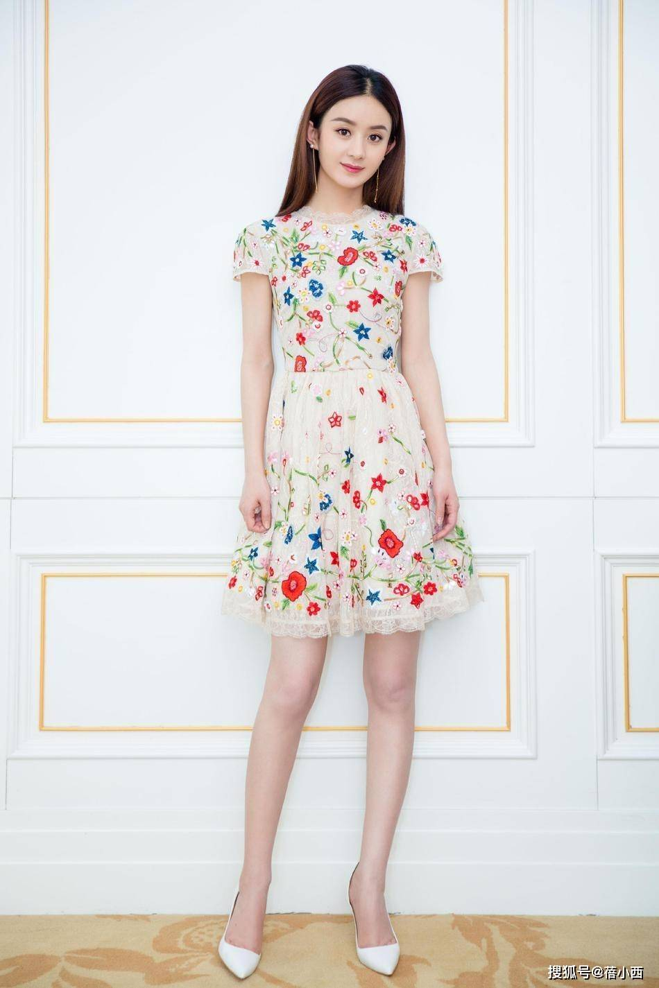 原创             赵丽颖都被冯绍峰宠成小女孩了,穿蓝色抹胸裙好嫩,不像当妈的人