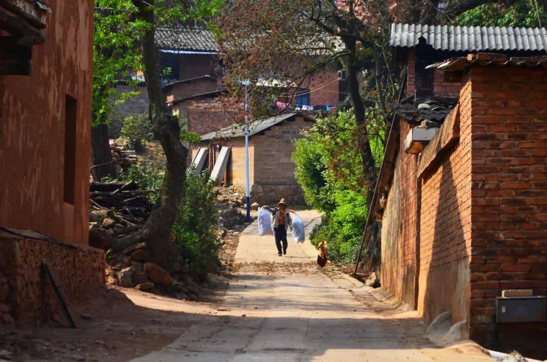 云南大山有个村庄,风景秀丽很少游客去过,村民过着悠闲的生活